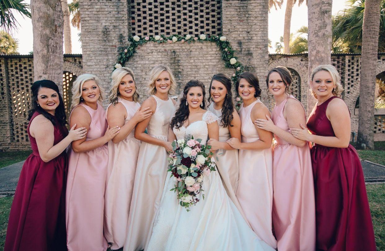 brudtärnor olika färger på klänningarna