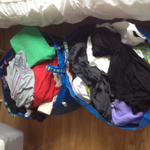 Rensa garderoben organisera och skänk bort