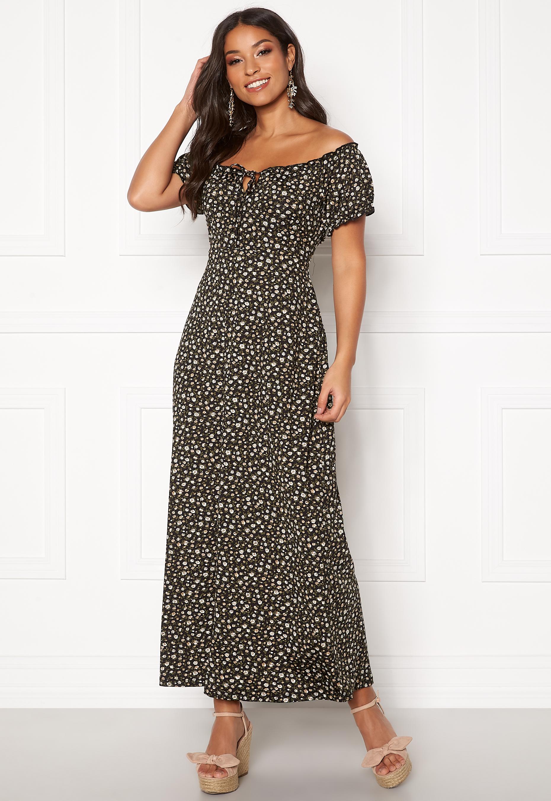 Svart lång klänning och leopardmönstrad jeansjacka med